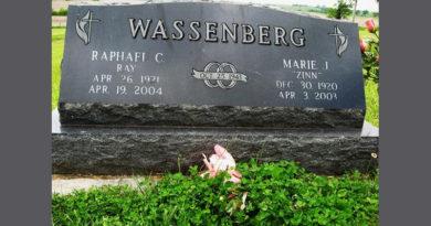 Grabstein des Ehepaares Marie Zinn und Ry Wassenberg - Photo: https://images.findagrave.com/photos/2011/184/72710126_130982412313.jpg