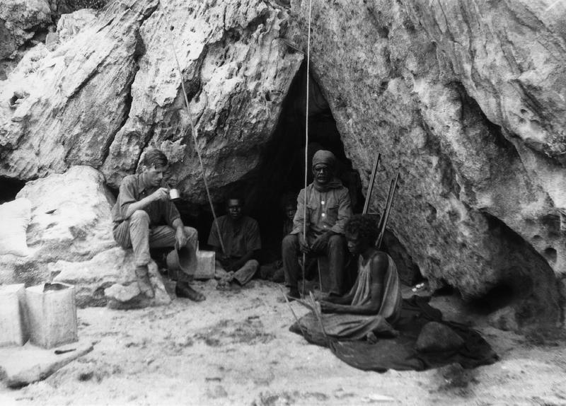 Felsnische am Bathurst Head (Thartali), Kap-York-Halbinsel, die während der Expedition als Unterkunft diente. Im Bild: Norman Tindale (Universität Adelaide) und ortsansässige australischer Ureinw  South Australian Museum, Archive, Norman Tindale Collection (AA 338/5/4/41)
