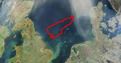 Satellitenaufnahme der Nordsee, rot umrandet die Doggerbank - Bild: Gemeinfrei, https://commons.wikimedia.org/w/index.php?curid=405646