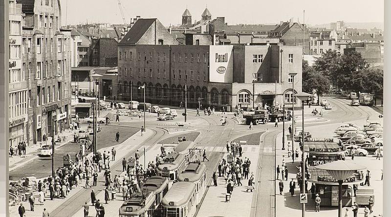 Das Postamt 1 am Wilhelmplatz 1 (seit 1967: Konrad-Adenauer-Platz 1) - Bild: © Stadtarchiv Düsseldorf