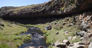 Felsunterstände in den Bale Mountains wurden schon vor mehr als 30.000 Jahren von steinzeitlichen Jägern dauerhaft als Wohnstätten genutzt, im Bild das Beispiel von Fincha Habera. (Foto: Dr. Götz Ossendorf)