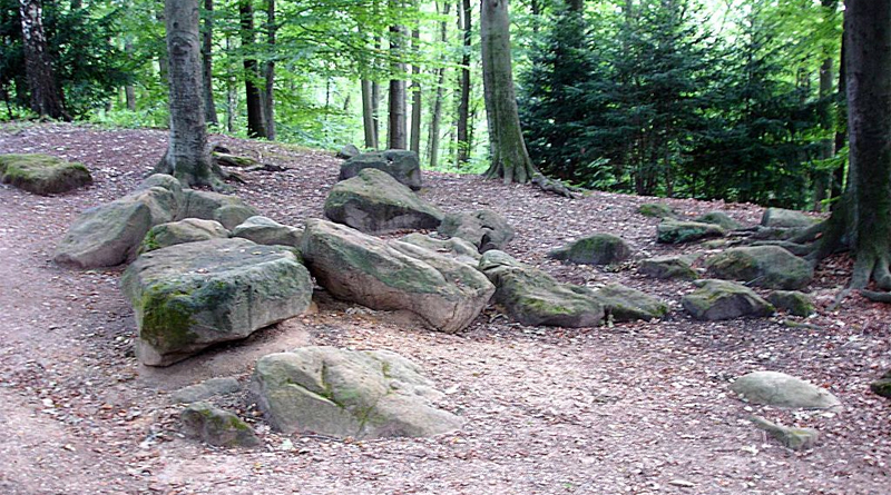 Frauensteine aus Sandstein im Aaper Wald auf den Höhen einer alten Endmoräne aus der letzten Eiszeit.