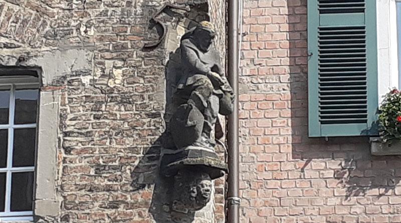 Statue eines Zöllners am alten Zollhaus von 1635 in Kaiserswerth